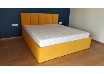 Łóżko tapicerowane pionowe pasy